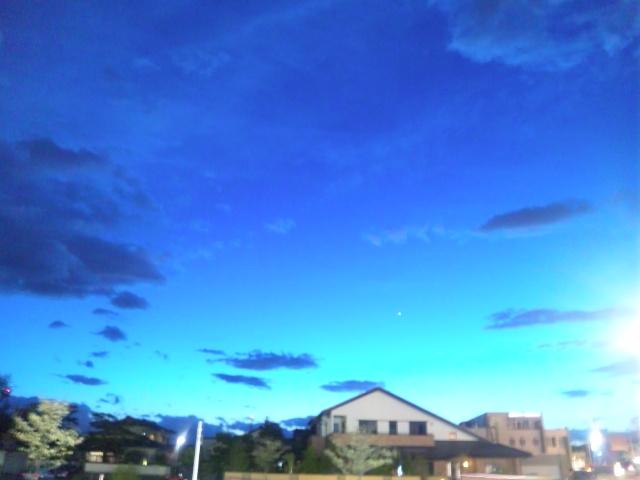 アニメの世界の様な夕方の空