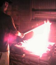 桐を火であぶり曲げます