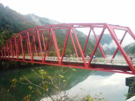 赤い橋渡る