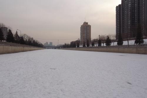 凍った川に積った雪100110