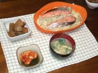 1/11 夕食 野菜と紅鮭のレンジ蒸し、こんにゃくの炒り煮、キムチもずく酢、水菜の味噌汁