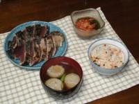 1/17 夕食 かつおのたたき、さんまのつみれ汁、キムチもずく酢、鮭とわかめの炊き込みご飯