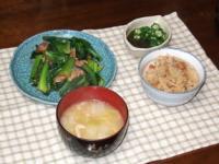 2/1 夕食 小松菜と豚肉のオイスター炒め、オクラもずく酢、白菜の味噌汁、中華風炊き込みおこわ