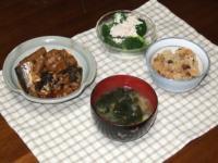 2/2 夕食 さんまとごぼうの豆板醤煮、ブロッコリーと鶏ささみのサラダ、ネギとワカメの味噌汁、中華風炊き込みおこわ