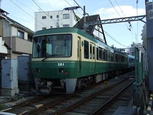 1/4 江ノ島駅停車中の江ノ電