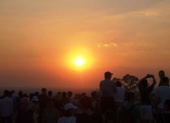 プノン・バケンの丘からの夕日