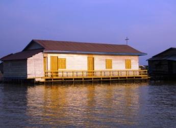 トンレサップ湖の水上教会