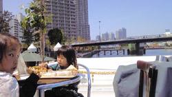 船の上で食事