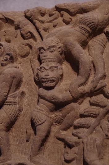 クメール彫刻14頭をガブリ