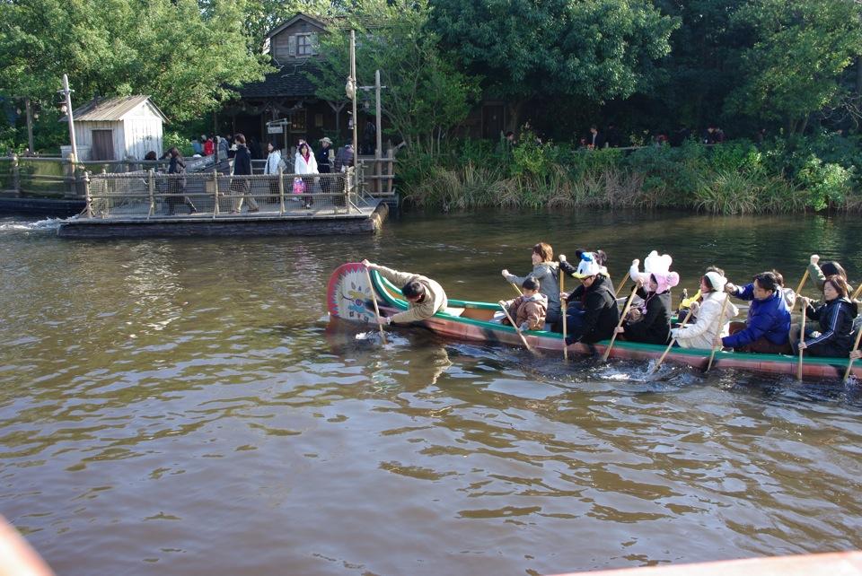 カヌーを漕ぐ人