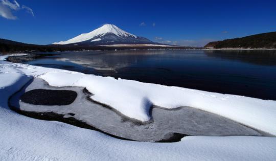 雪の模様と山中湖の富士