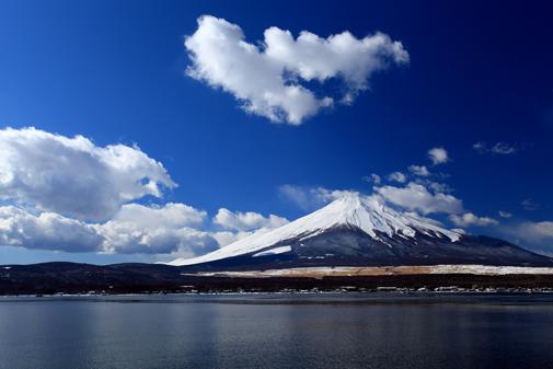 山中湖長地から雲わく霊峰富士