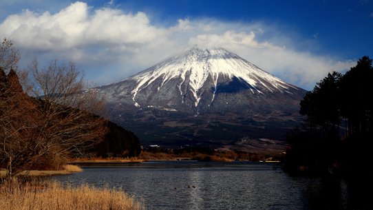田貫く湖と雲まとう富士山