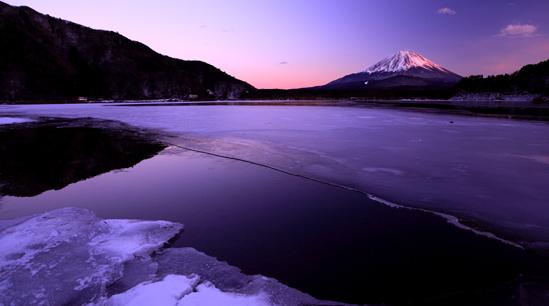 薄暮の湖面に残照の霊峰富士