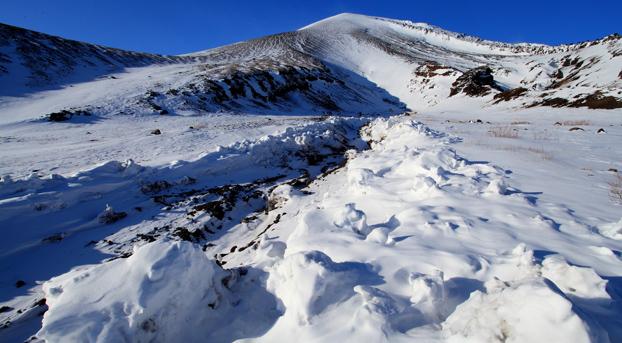 雪崩跡のデブリと浅間山