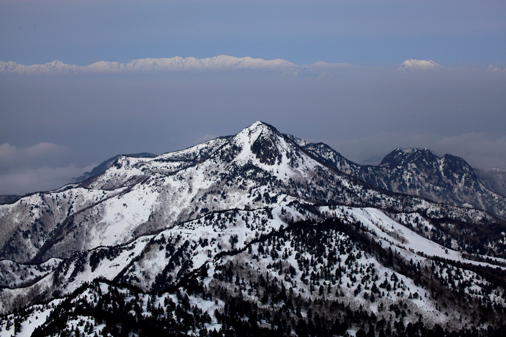 笠ヶ岳と白銀の北アルプス