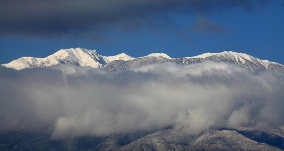 雲流れる白銀の西駒ヶ岳