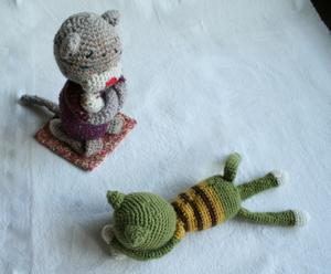 編み猫叱られる