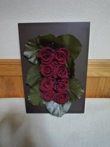 深い赤のバラの壁掛け