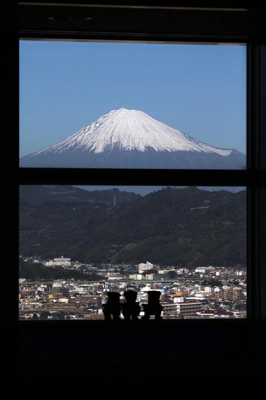 富士とくまと窓枠・縦