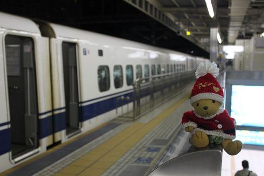 ホームで新幹線と