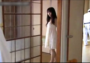 【エロ動画】 裸を見せつけ視線でおっさんを誘惑するオヤジフェチ変態娘!