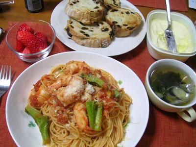 100303エビとブロッコリのトマトパスタ、レーズンパン、ワカメスープ、いちご