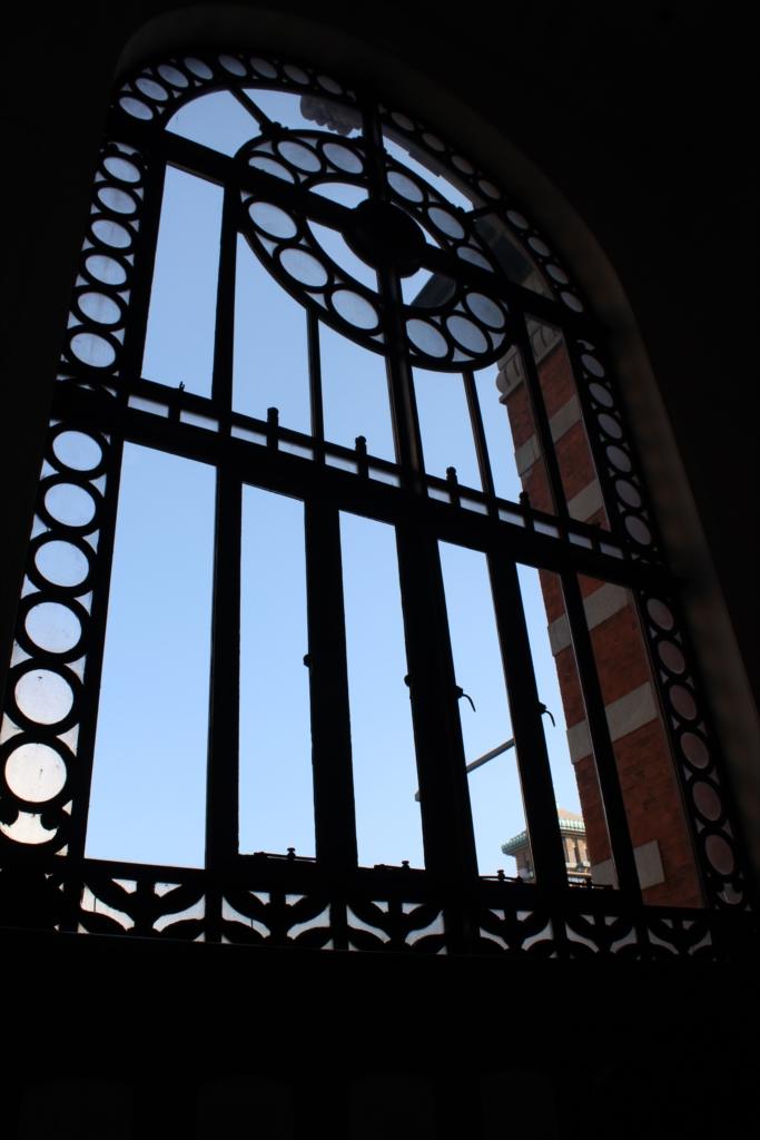 階段踊り場の窓
