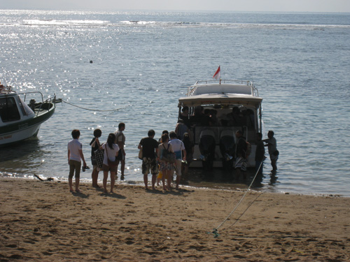 バリ島のホテルにお勤めの女性5名と男性1人