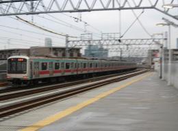 高津駅を発車し都心へ向かう5000系の各駅停車