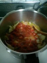ホールトマトの水分で煮込むのだ。