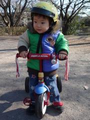公園で三輪車