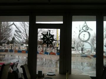 ホテル入り口外は雪