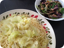 アンチョビとキャベツのパスタ・ピクルスとオリーブのグリーンサラダ