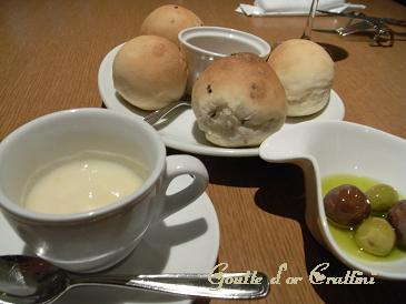 洋梨のスープ・パン(ごま・ノーマル)・オリーブ
