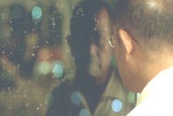 ガラスに映る自分を見ている伊野医師