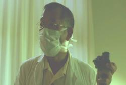胃カメラの映像を見ている伊野医師