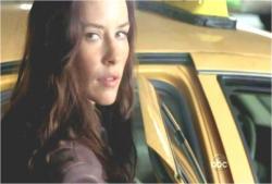 強引にタクシーに乗り込むケイト
