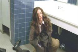 急いで手錠の鍵を探しているケイト