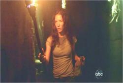 洞窟に入るケイト