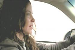 自ら運転して逃走するケイト