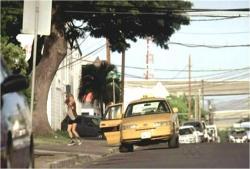 隙を見てクレアもタクシーから脱出