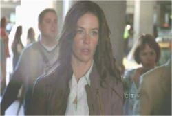 手錠を隠しながら静かに歩いている、逃亡者ケイト