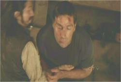 ジャックの腹部を蹴って、薬を吐き出させる道厳