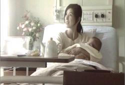 生まれたばかりのカンナを抱いているキリコ