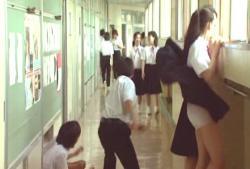 中学生にもなって、女子のスカートめくりしている、おバカさん