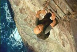 崖をはしごで降りるロック