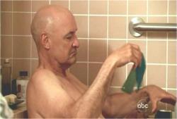 ヘレンの助けで風呂でくつろぐロック