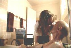 ヘレンがロックにキス