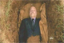 土をかけられ、埋葬される本物ロックの遺体